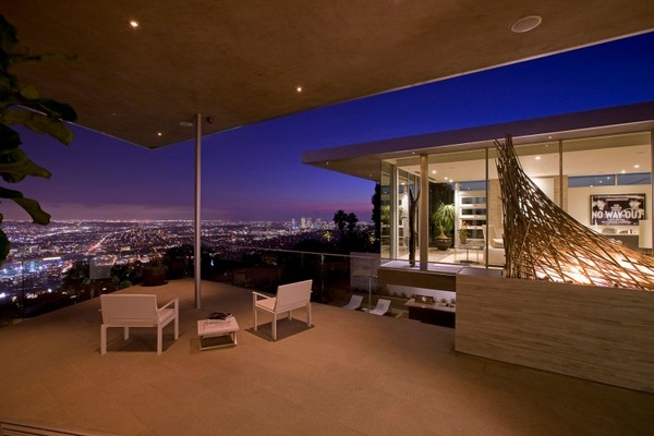Blue Jay Way Impressive Contemporary Home in LA Built Around a Spectacular Central Pool