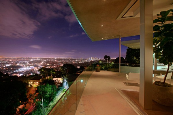 Blue Jay Way 03 750x500 Impressive Contemporary Home in LA Built Around a Spectacular Central Pool