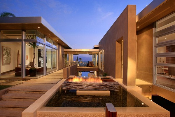 Blue Jay Way 05 750x501 Impressive Contemporary Home in LA Built Around a Spectacular Central Pool