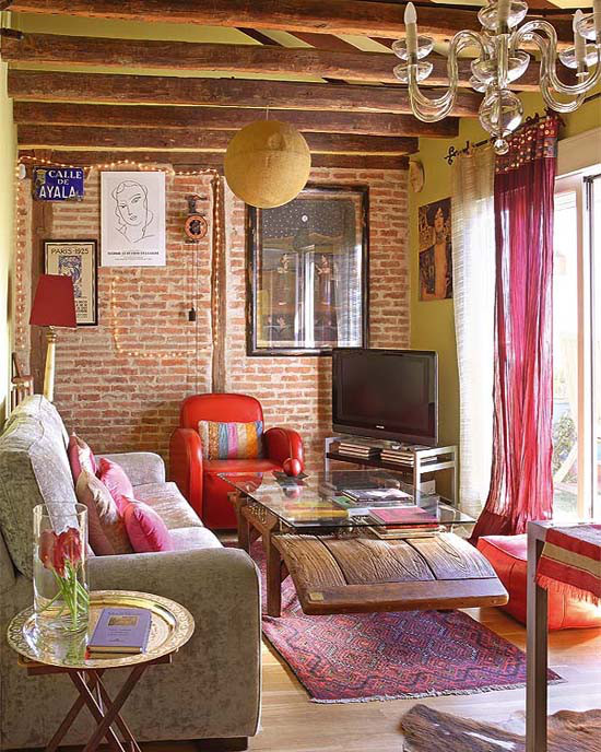 Small bohemian feminine apartment in paris decoholic for Bohemian chic living room makeover