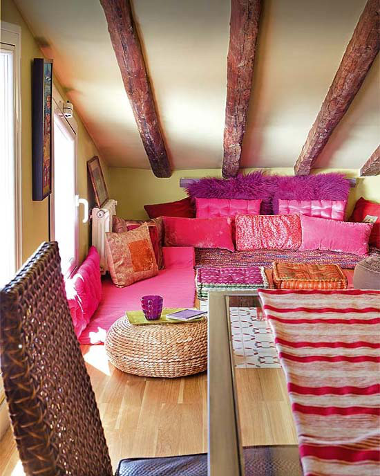 Small bohemian feminine apartment in paris decoholic for Attic room decoration