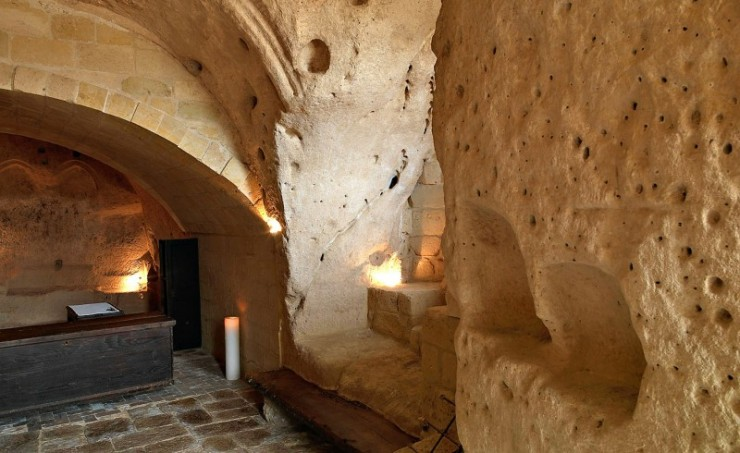 Hotel into Limestone Caves in Italy 4