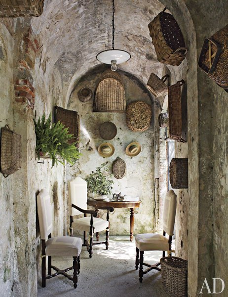 Historic stone manor in tuscany decoholic for Italian villa decorating ideas