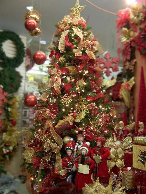 This classical decorating idea artificial pre-lit Christmas tree is ...
