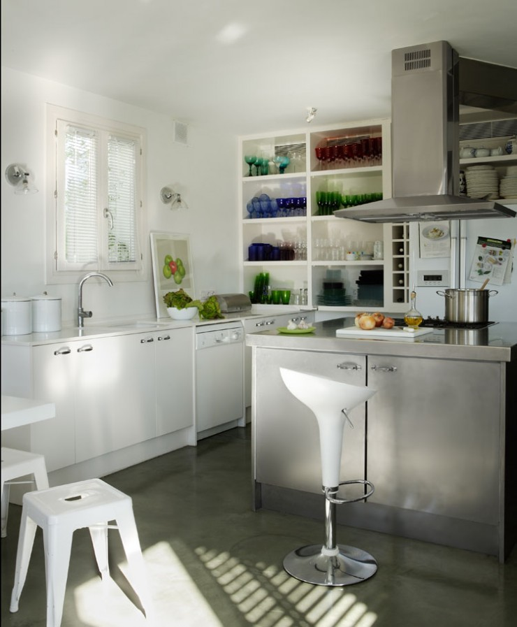white kitchen in home in girona 7