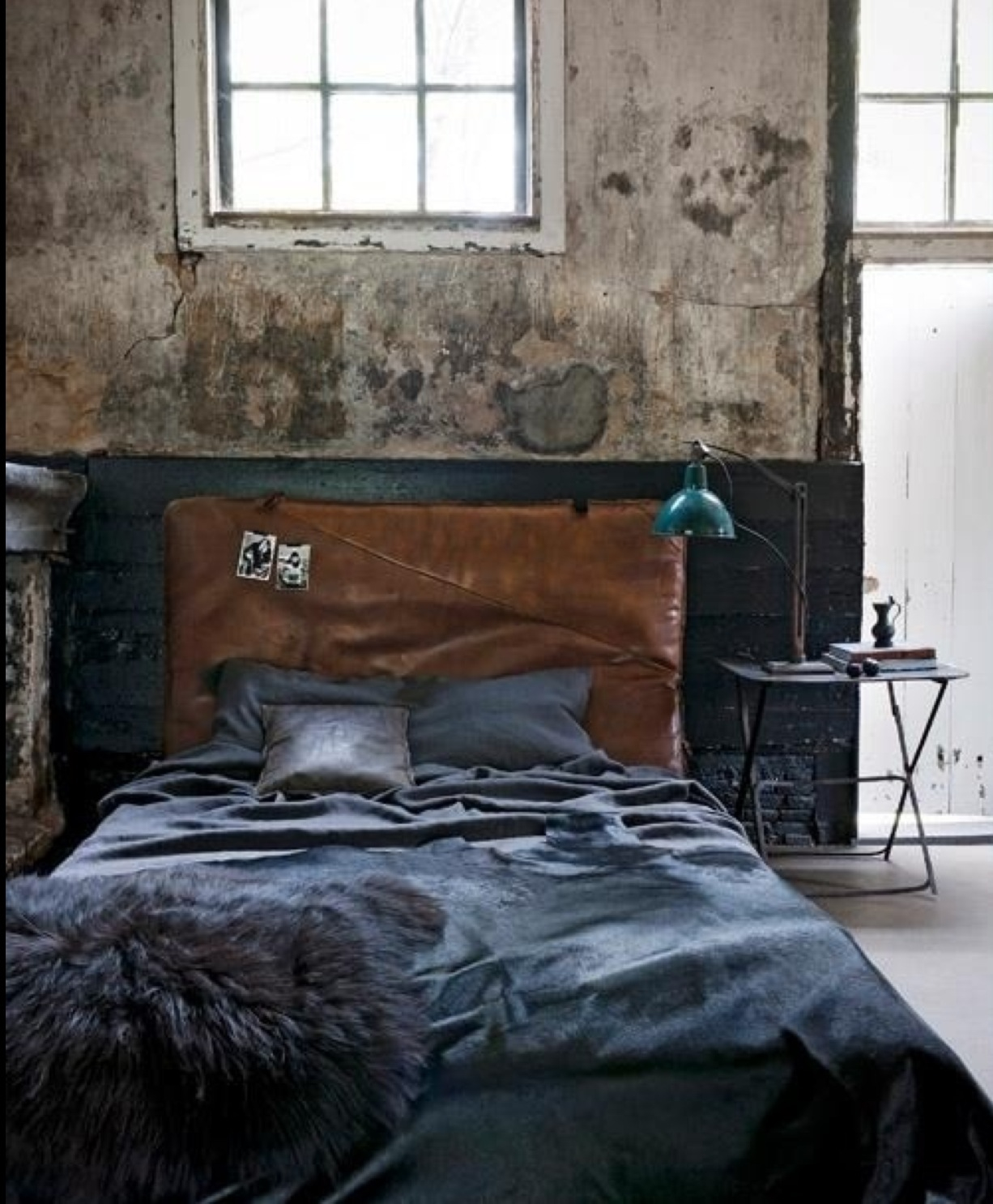 21 industrial bedroom designs decoholic - Hoofdbord wit hout ...