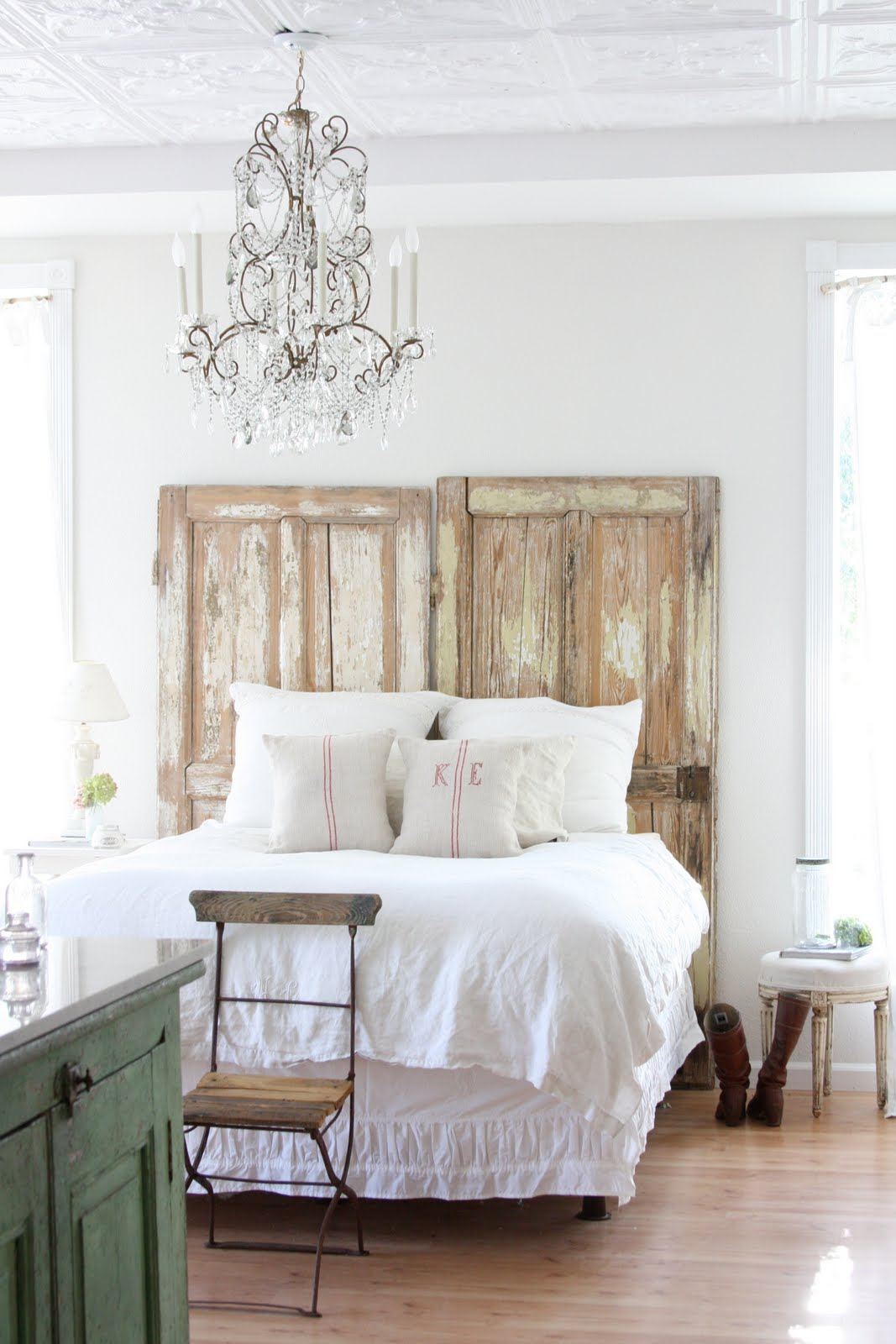 16 Old Doors Used As Dramatic Headboard
