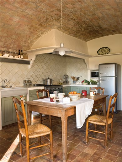 Mediterranean Comfortable Family Farmhouse kitchen 2