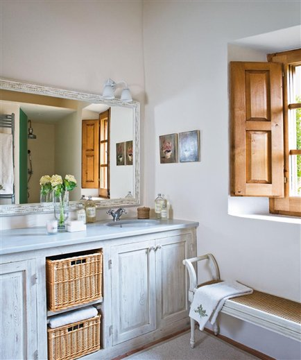 Mediterranean Comfortable Family Farmhouse bathroom