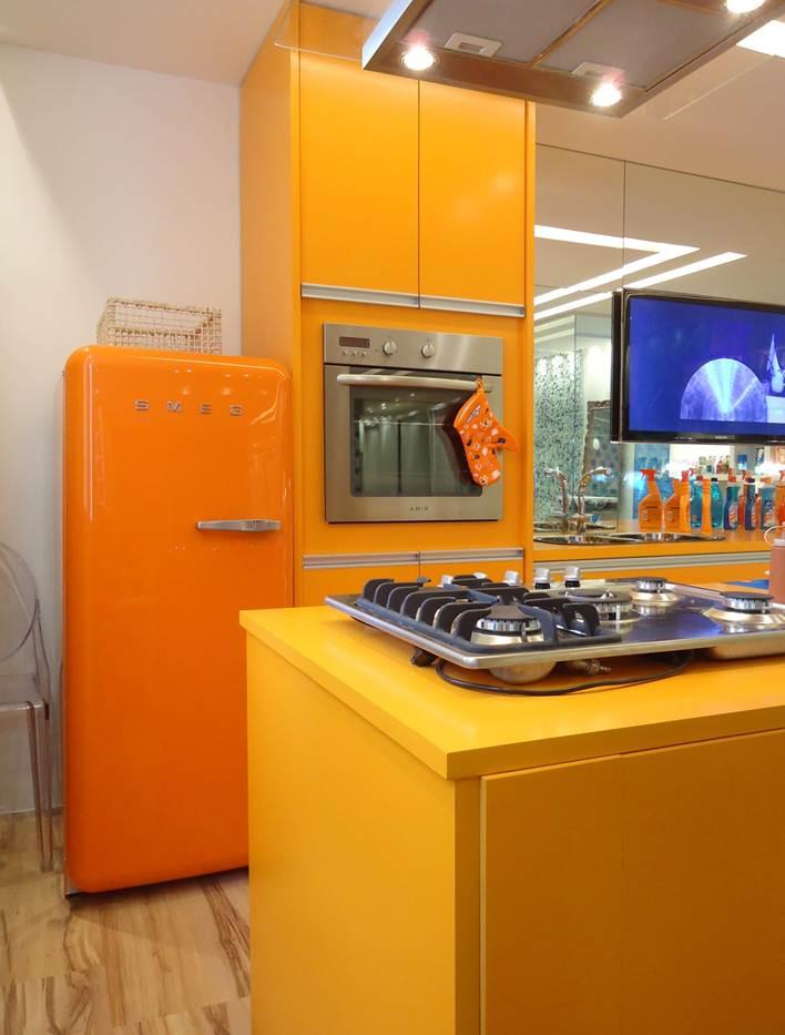 Kitchen design ideas with retro refrigerators that steal for Retro modern kitchen ideas