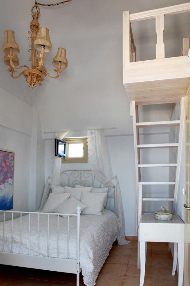Mikaela Villa In Santorini 17