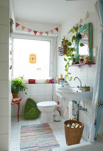 plants in small bathroom design idea