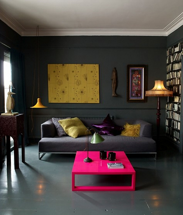 Living room with dark dramatic walls 30 ideas decoholic for Neon decoration interieur