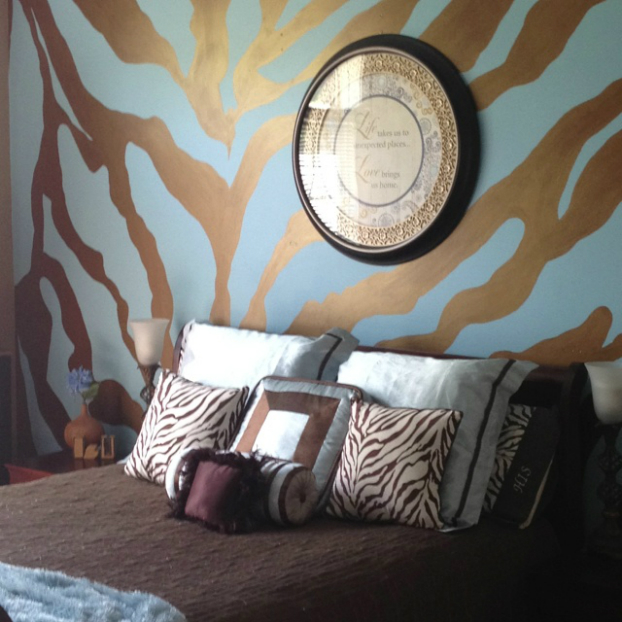20 ideas to use animal prints in your bedroom decoholic for Zebra print bedroom ideas