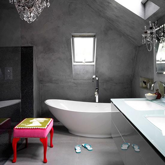 banheiro concreto sótão moderno, com banheira branca e lustre