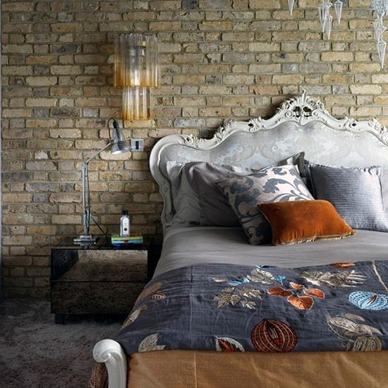 quarto romântico urbano com parede de tijolo