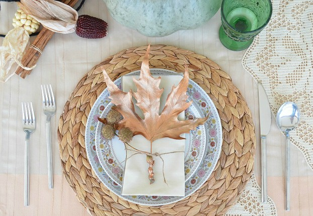 thanksgiving table decorations with copper leaves