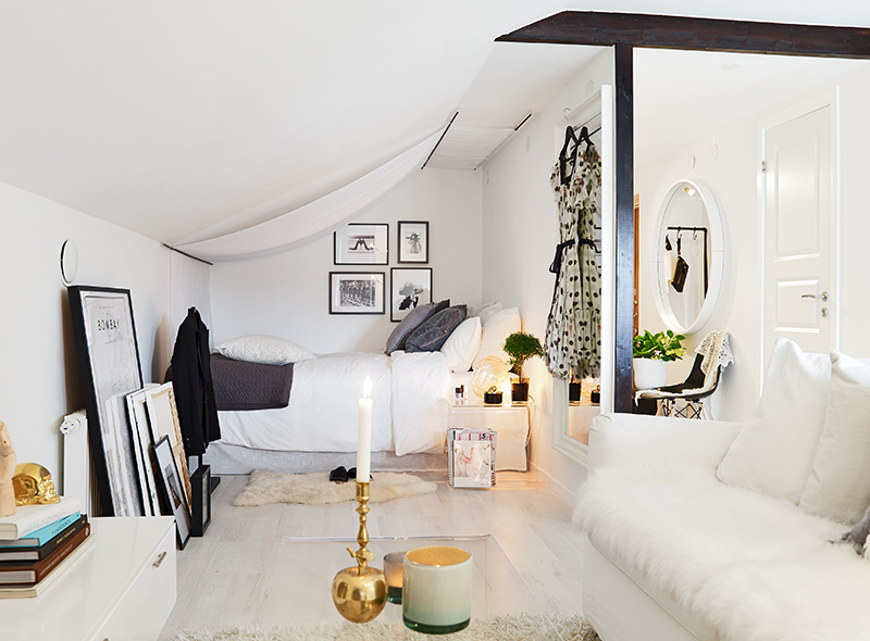 34 square meter cozy attic studio apartment decoholic for Como amueblar un estudio de 30 metros