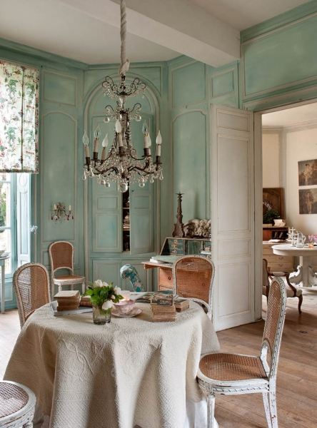 French Romance Through A Poetic Setting Of Antiques And Shabby Chic Furniture 10