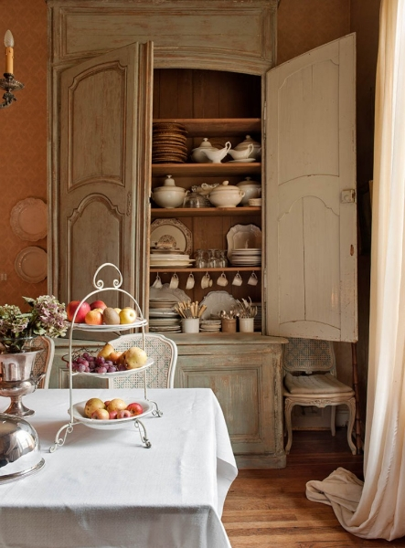 French Romance Through A Poetic Setting Of Antiques And Shabby Chic Furniture 16