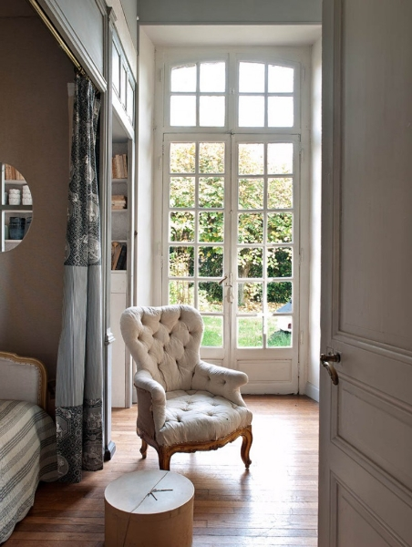 French Romance Through A Poetic Setting Of Antiques And Shabby Chic Furniture 18