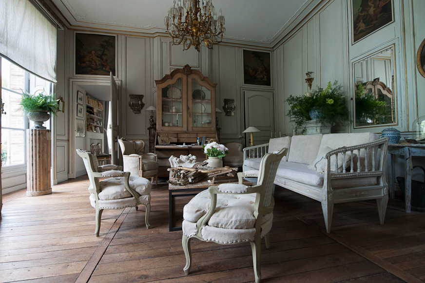 French Romance Through A Poetic Setting Of Antiques And Shabby Chic Furniture 27