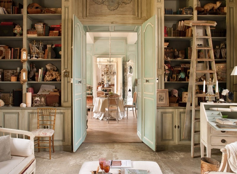 French romance through a poetic setting of antiques and shabby chic furniture decoholic Shabby chic style interieur