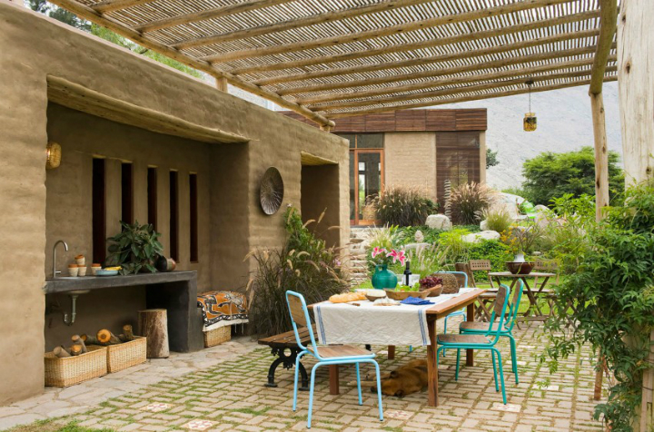 Home in harmony with the surrounding tones of nature for Casas de juguete para jardin baratas