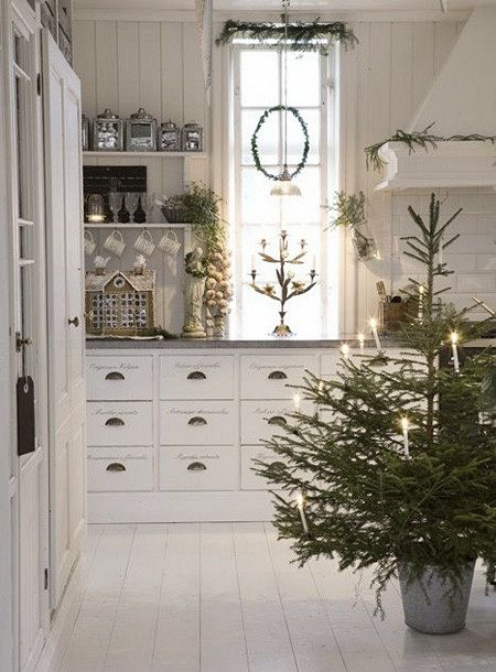 Scandinavian Christmas tree decoraating idea