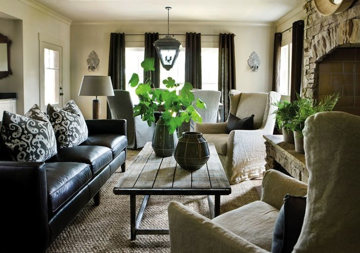 How to decorate a living room with a black leather sofa for Leather living room decorating ideas