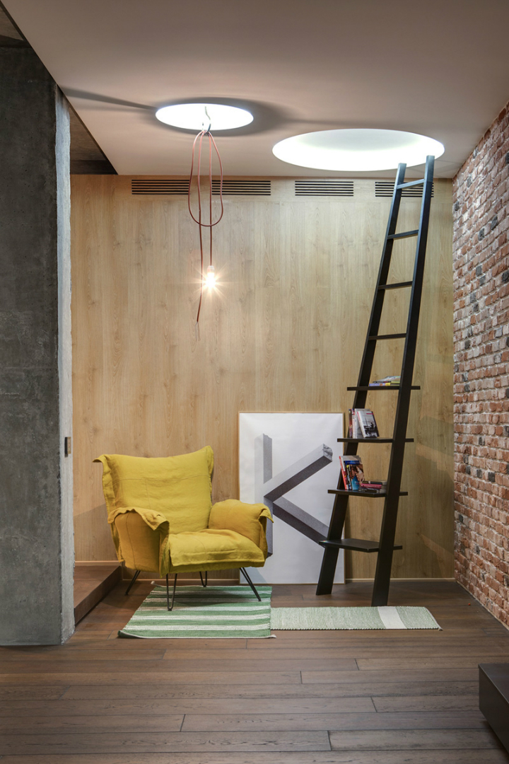 A Cozy Open Interior 8