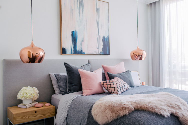 Exceptionnel Gray And Pink Bedroom With Copper Lights