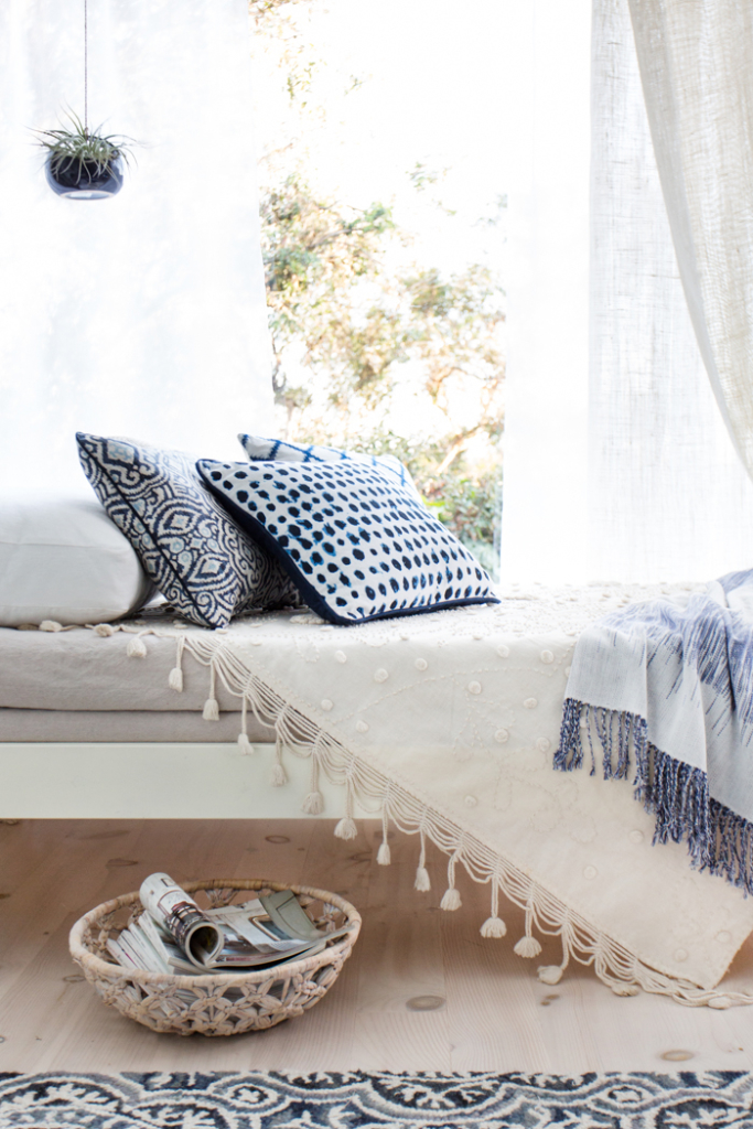 How to Create the Perfect Blue and White Sunroom 9