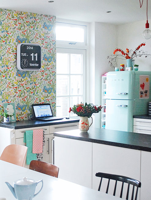 17 retro kitchen ideas decoholic for Small retro kitchen