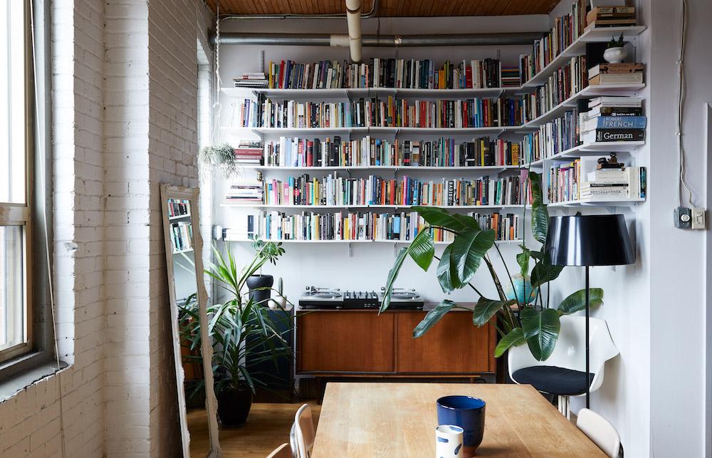 夫妻倆都有著大量的書籍、紀念品,害怕小坪數無處放?利用層板當作收納展示架,讓收藏品不會關在櫃子哩,成為另類居家風景!