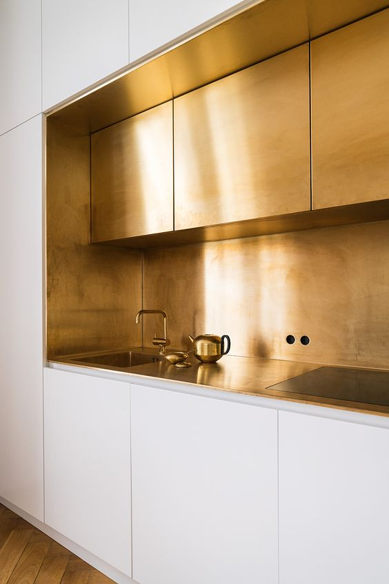 brass and white kitchen design idea