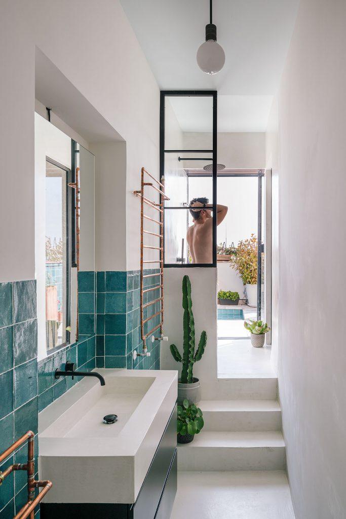 blue and white bathroom decor