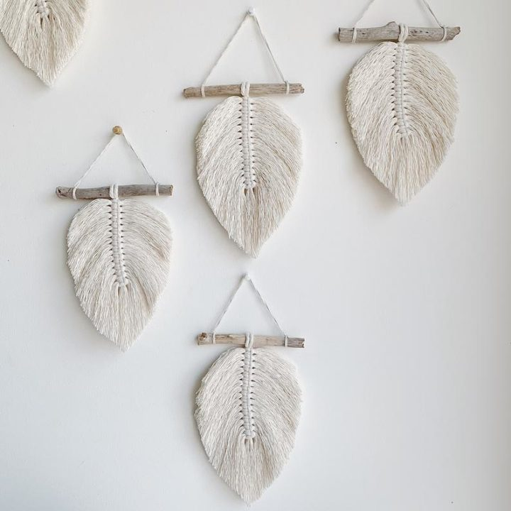 Small feather decoration in BOHO macramé in natural cotton on driftwood