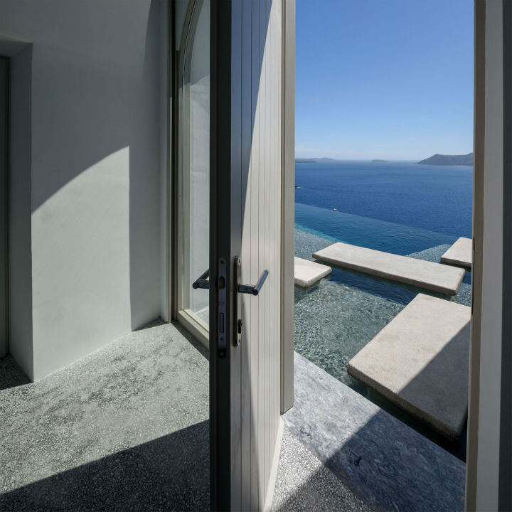 Echoes Luxury Suites in Oia Santorini 14