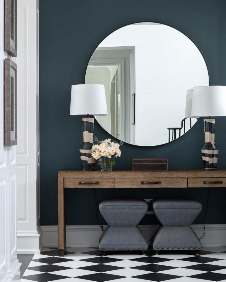 grand miroir rond sans cadre d'entrée comme idée de décoration murale