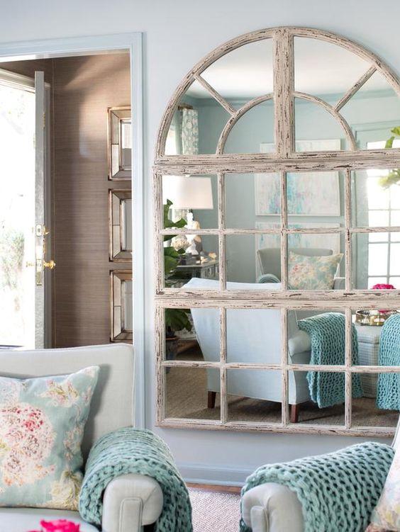 Le petit salon à la menthe semble plus grand avec un miroir de fenêtre de campagne