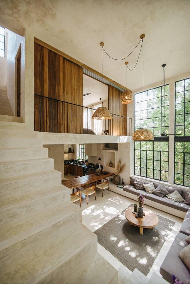 loft moderno boêmio com janelas muntin do chão ao teto