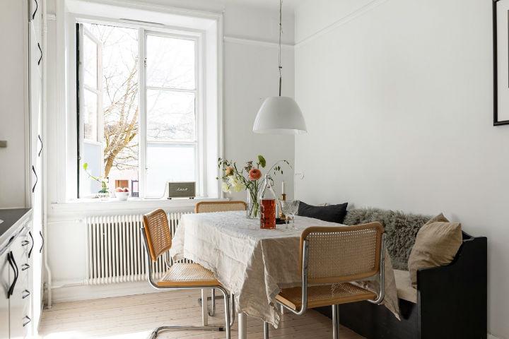 meja makan sederhana Skandinavia di dapur