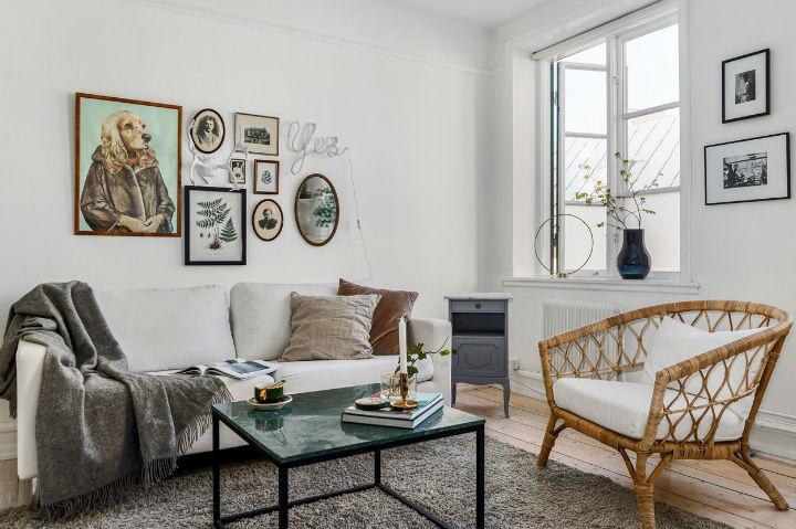 covinha sala escandinava com galeria de arte de parede