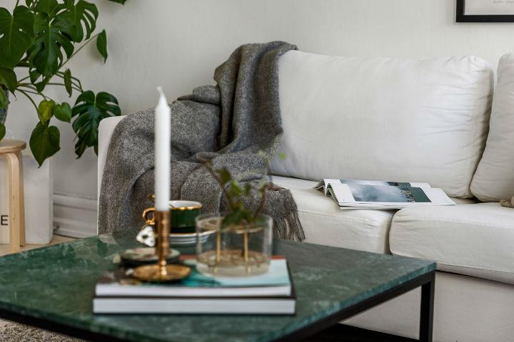 ruang tamu Skandinavia sederhana dengan sofa putih