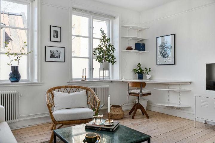 Escritório em casa de canto escandinavo na sala de estar