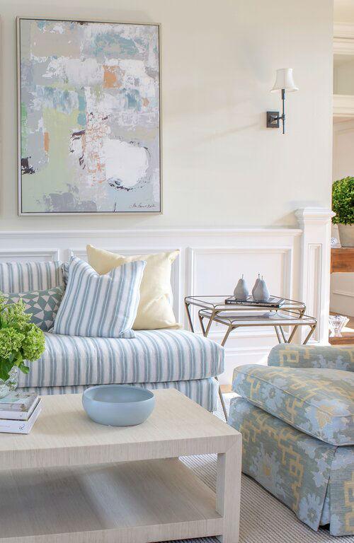 ruang tamu abadi dengan sofa bergaris putih dan biru muda dan bantal kuning