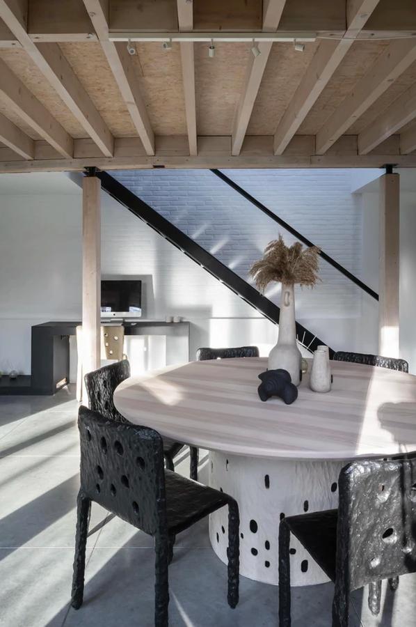 Interiores de casas contemporâneos autênticos em cores bege neutras com toques pretos fortes 2