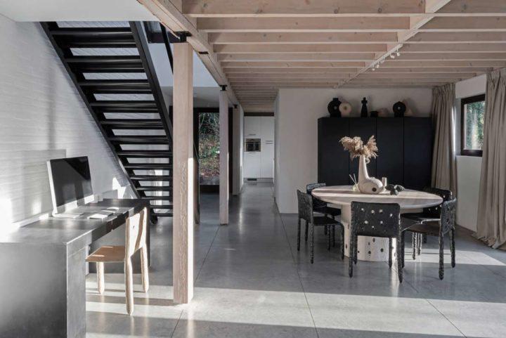 Interiores de casas contemporâneos autênticos em cores bege neutras com toques pretos fortes 3