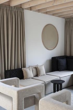 Interiores de casas contemporâneos autênticos em cores bege neutras com toques pretos fortes 6